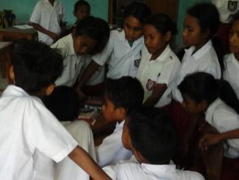 Siswa SD Pedesaan mengerumuni laptop