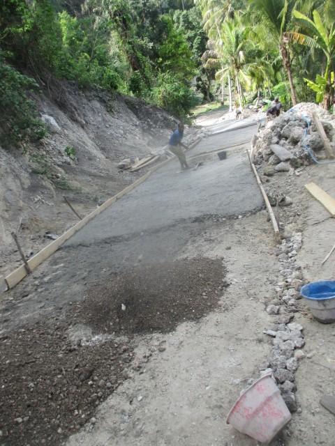 Jalan yang dikerjakan menuju sumber air Manusraen