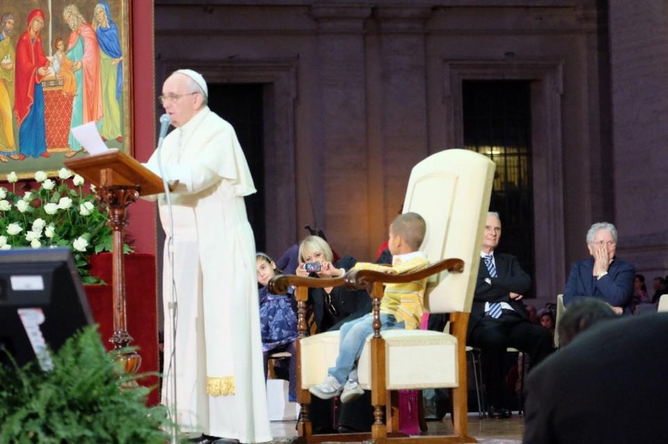 Vatikan merelease gambar ketika seorang anak memanjat ke kursi Paus.