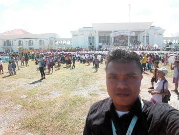 Wartawan infontt.com saat mengambil gambar kegiatan KPI di halaman Kantor Bupati Kabupaten Kupang