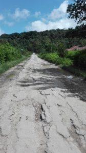 Ruas jalan yang rusak parah di depan Kantor Camat Amarasi Selatan (foto by Chris Bani)