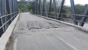 Jembatan maeskolen, Kecamatan Amanuban Selatan, Kabupaten TTS yang rusak parah dan hanya direnovasi secara darurat oleh masyarakat sekitar