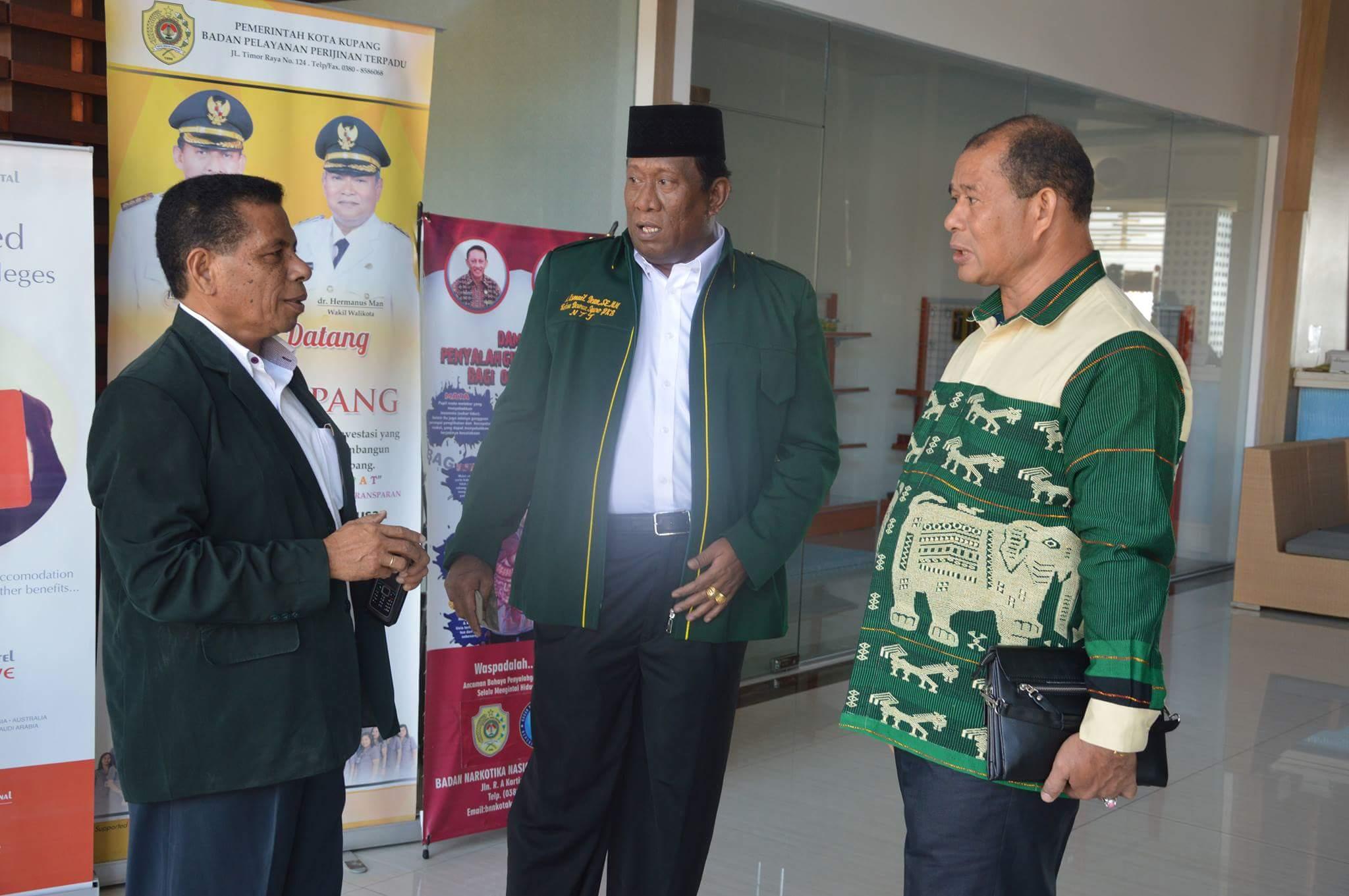 Ketua PKB NTT terpilih, Ismail Dean (tengah)