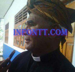 Pendeta Samuel Nitti ketika diwawancarai media usai memimpin ibadah syukur ulang tahun SMP Negeri 2 Amarasi Barat, senin (1/8)