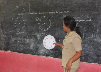 Seorang guru SD mengajar (foto.dok pribadi)
