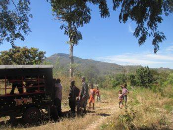Tiba di desa tujuan melalui perjuangan (foto: Roni)