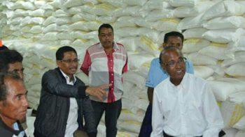 Bupati Sabu Raijua saat berada di lokasi pabrik garam Nataga
