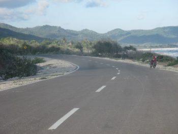 Jalan beraspal hotmix di sepanjang pantai Teres