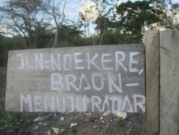Papan penunjuk arah ke Fatu Braon, dari sana dapat kembali ke lokasi TNI AU-Radar
