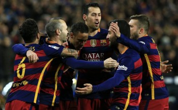 FC Barcelona players celebrate after Barcelona's Argentinian forward Lionel Messi scored during the Spanish Copa del Rey (King's Cup) round of 16 first leg football match FC Barcelona vs RCD Espanyol at the Camp Nou stadium in Barcelona on January 6, 2016.   AFP PHOTO/ PAU BARRENA / AFP / PAU BARRENA