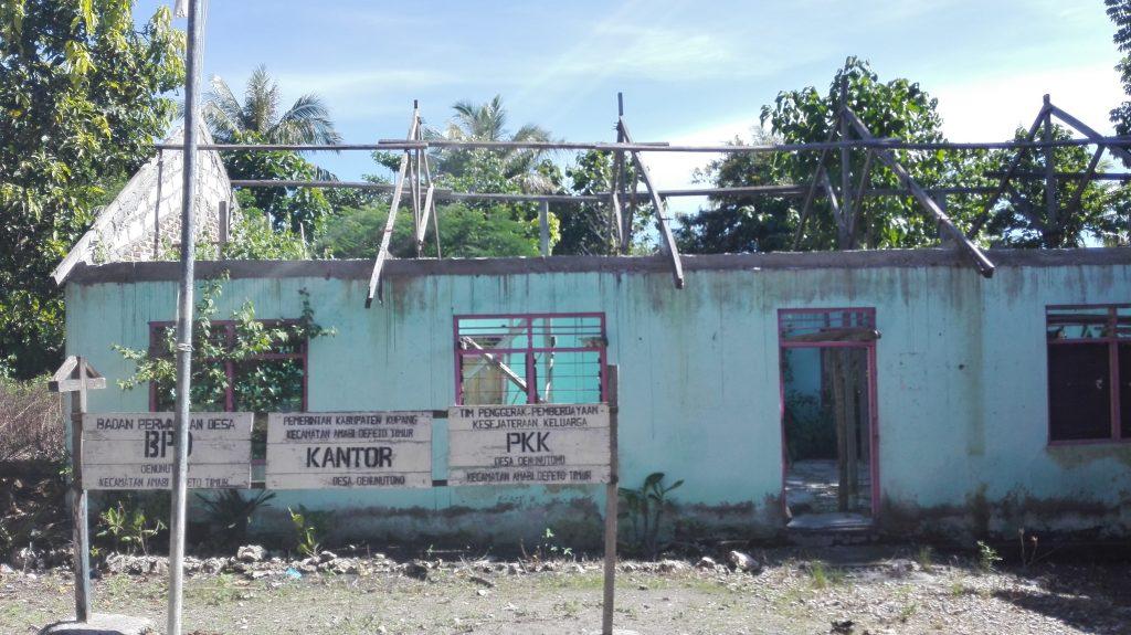 Renovasi kantor Desa Oenuntono sejak tahun 2014 ditelantarkan begitu saja.(foto by chris bani)