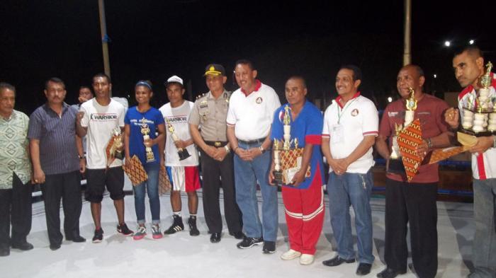 Pelatih tinju Kabupaten Kupang saat pose bersama dengan Walikota Kupang, Jonas Salean usai penyerahan piala