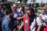 Pemenang The Voice Indonesia season 1, Mario G. Klau saat dijemput secara adat di Bandara internasional El Tari Kupang