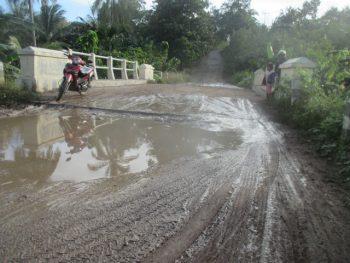 Kubangan air di Jembatan Runam arah ke desa Retraen
