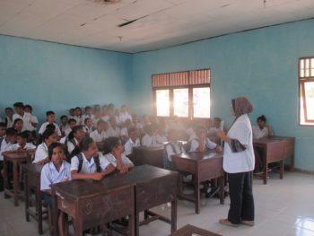 interaksi dengan para siswa (foto: roni)