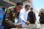 Senator Iban Medah dan Bupati Sabu Raijua, Marthen Dira Tome saat menandatangani prasasti peresmian pabrik air minum OASA