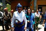 Marthen Dira Tome bersama istri saat dikenakan pakaian adat keseharian orang Sumba dalam kunjungannya ke Kabupaten Sumba Barat Daya, Kamis(3/11)